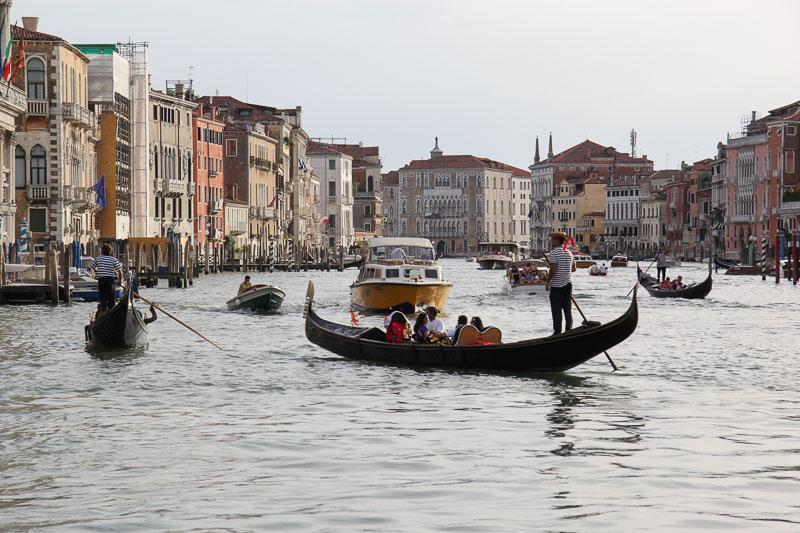 Venedik'in en büyük bulvarı şehrin ortasından geçen Büyük Kanal (Canal Grande)